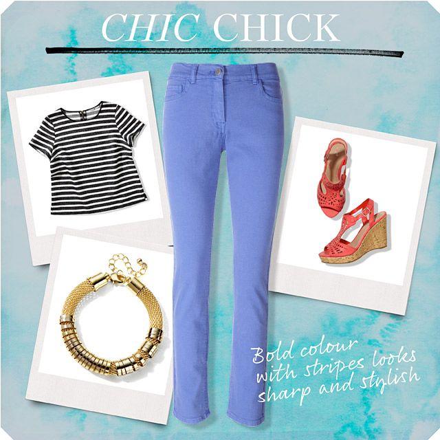 Polluelo Chic;  equipo construido alrededor de blue jeans brillantes con top de rayas, una pulsera de oro y cuñas de coral