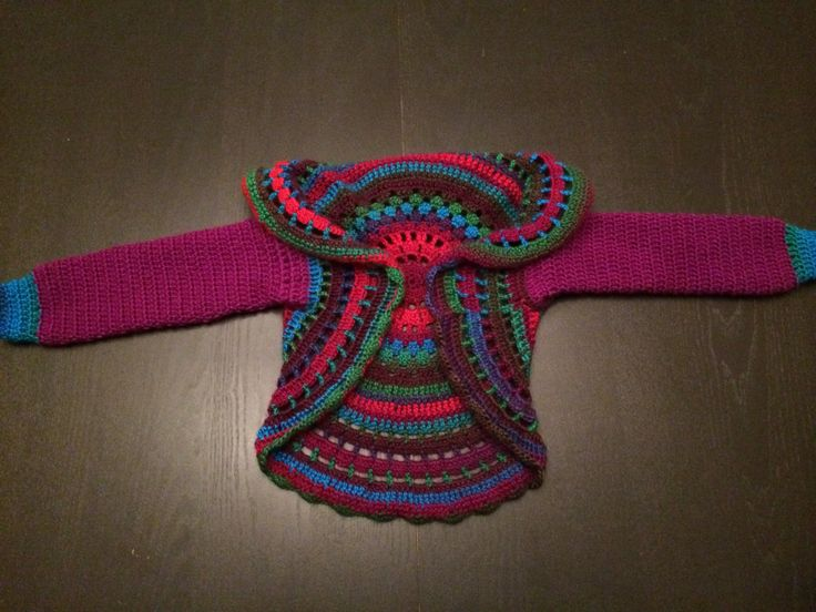 Gehaakt meisjes(cirkel-)vestje. Patroon zelf bedacht, geïnspireerd door het cirkelvest van Drops. Gemaakt van Fenna-acryl en Luca wol van scheepjeswol.