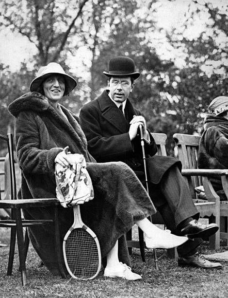 Le roi Gustaf VI Adolf de Suède et son épouse Louise Mountbatten à un tournoi de tennis