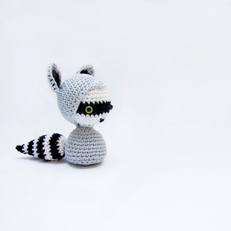 Just a very quick text-only-pattern if you want to make your own lil racoon. You should have some experience with amigurumis as I don't explain the steps too well. But if you made a few before, it should be pretty...