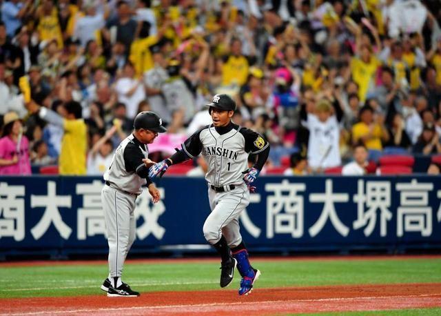 3回、3ランを放った鳥谷は阪神ファンの大歓声を浴びて本塁へ向かう=京セラドーム大阪