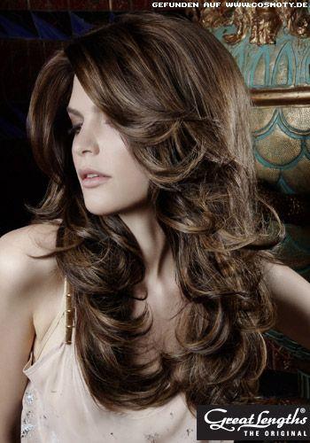Leicht gewellte Stufen in langem Haar / Frauen