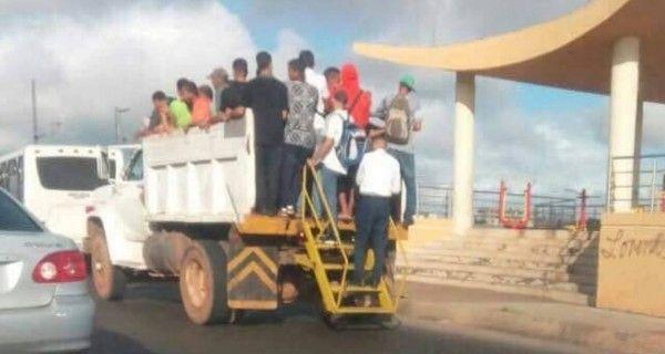 ¡COLAPSO TOTAL! Vehículos de carga son usados como transporte público