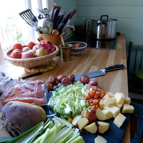 In my kitchen, preparing Icelandic meet soup : click on the image for my recipe!    Photo: http://icelandicknitter.com