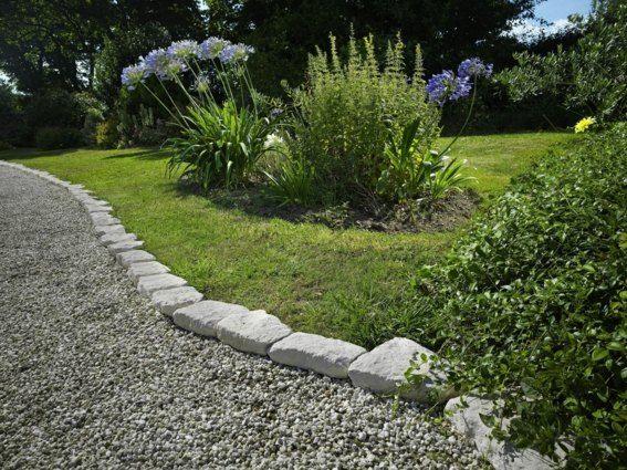 une bordure pour jardin avec des pierres naturels