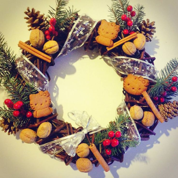 Wieniec świąteczny  Autor: Magdalena Jakubiec  #QSQ #Christmas #wreath #ornament #inspiration #idea #decor #ginger #bread #brown #green #red #white #natural #hellokitty