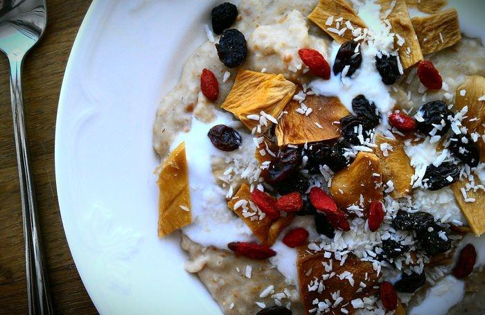 Peanuty porridge with vanilla yoghurt, raisins, coconut, dry mango and goji.