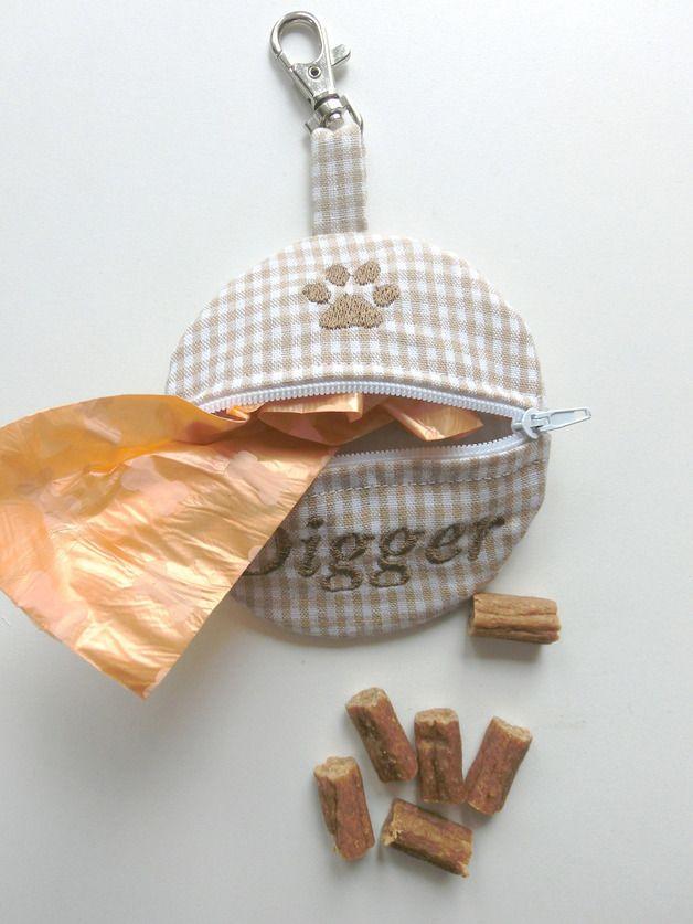 *°***°° Herzlich Willkommen °***°°    Hier erwerben Sie einen genialen Leckerlibeutel oder auch Kotbeutelspender, aus hochwertigen Baumwollstoff. Dieser wurde in liebevoller Handarbeit erstellt...