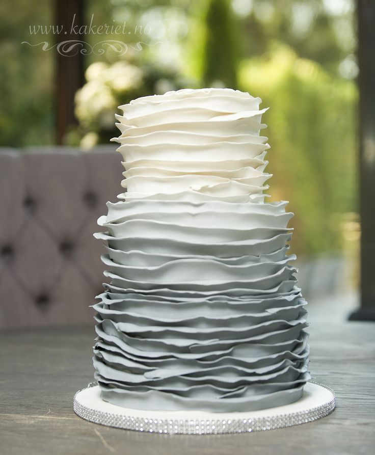 Wedding cake with grey gradient coloured ruffles :) Gradert grå rysjer