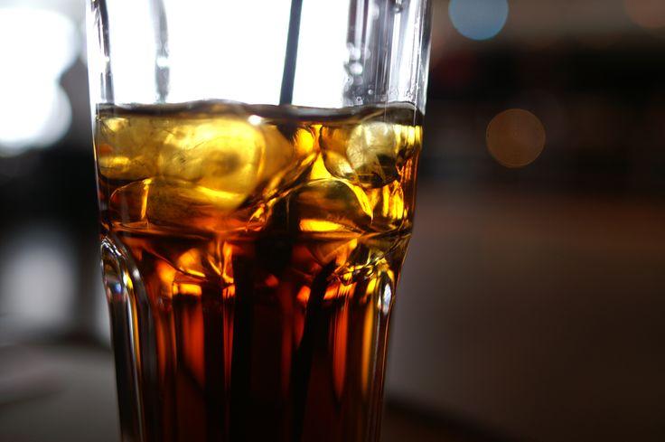 Alkohol i narkotyki pozornie dodają odwagi i brawury. Szybko pojawia się również huśtawka emocjonalna, wybuchy euforii przeplatają się z agresją.