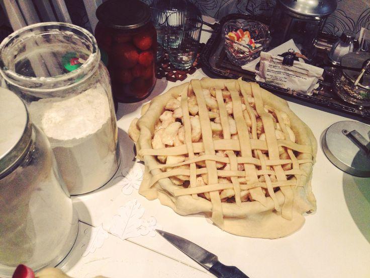 Всегда забываю, что после приготовления чего-то сладкого потом еще пол вечера надо убирать кухню от муки и кучу посуды #впроцессе #яблочныйпирог #американскийпай на самом деле всё тесто немножко поднялось :(