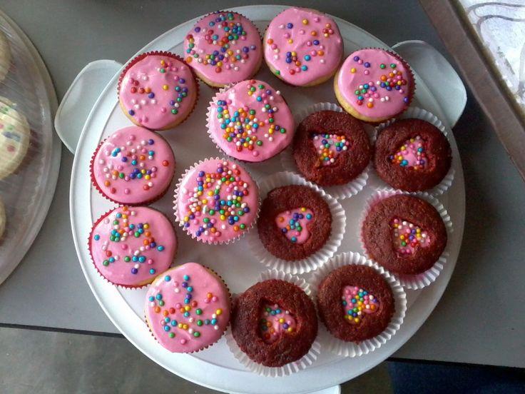 Cupcakes Red Velvet y de Vainilla, con Frosting de Queso Crema color rosado y confites de colores.