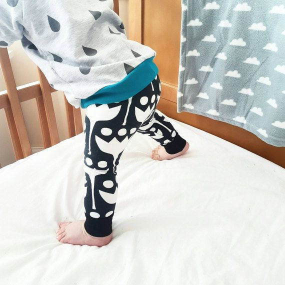 Slouchy baby pants in a modern black and white tulip print. Bold, minimal and playful - spring meets Monochrome! The waist and cuffs are finished in a complimentary black rib fabric, which is super soft and stretchy to ensure comfort and ease of wear on little tummies! - - - - - - - - - - - -   Pattern placement may vary. Please allow up to 3-4 weeks as these are a made to order item. I advise to size up to ensure a good, long lasting fit.  Handmade in the UK but Worldwide shipping is…