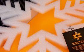 Felicitación de Navidad. Se reparte una porción de navidad entre los clientes. Para el reparto se contrató a un repartidor de pizzas con moto y traje de agua, que las entregaba personalmente a cada cliente.