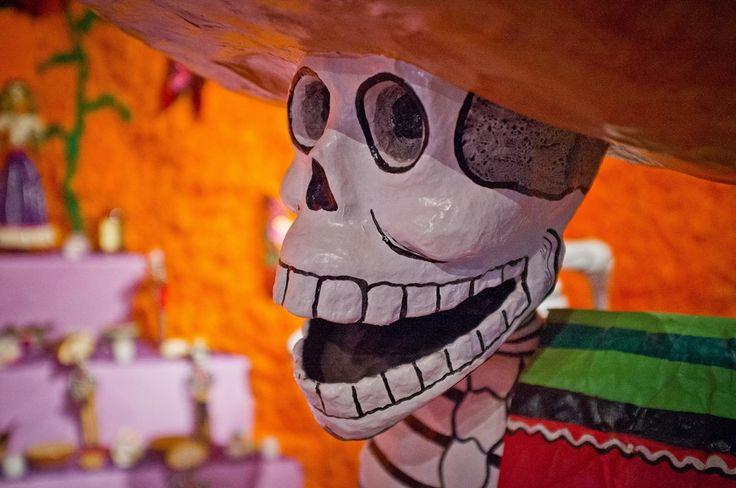 Pan de los muertos (de dødes brød) er et et sødt brød som traditionelt bages og spises i Mexico i ugerne op til de dødes dag (dia de los muertos), som fejres den 1. og 2. november. Brødet dekoreres på mange forskellige måder, ofte så det ligner der ligger knogler oven på det. Pan de los muertos spises ofte på gravstederne eller på de alter der er lavet for at ære de døde.