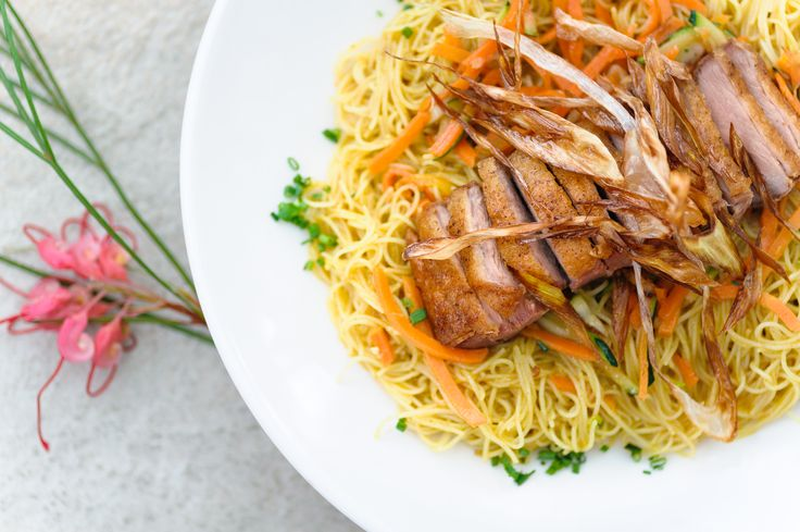 Plato no disponible. Crispy Duck #Noodles: Deliciosos fideos de arroz salteados con zanahoria y calabacín, curry amarillo Thai semi picante y pato crujiente.
