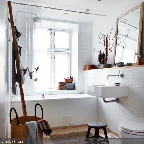 Die Naturmaterialien im Bad machen es natürlich und lässig. Ein Sisalteppich und ein Korb für die Wäsche reichen dafür schon aus, weitere Accessoires und Kleinmöbel…