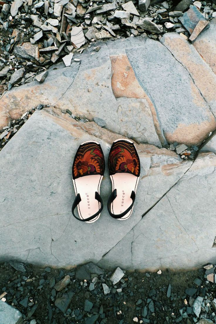 Menorquinas are flat open toe sandals typique of Minorca island. Our are handmade in Spain with fair trade fabric, genuine leather insole and slingback.
