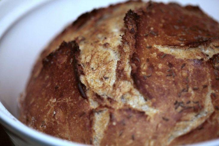 Nevím, co mě na tomhle receptu víc překvapilo… skutečnost, že boří všechny mýty o tom, že dobrý, doma pečený chleba musí být beze všech pochyb vždy řádně uhnětený, nebo jeho pořizovací cena. Když si přečtete jakoukoliv knížku o pečení chleba, … Read More