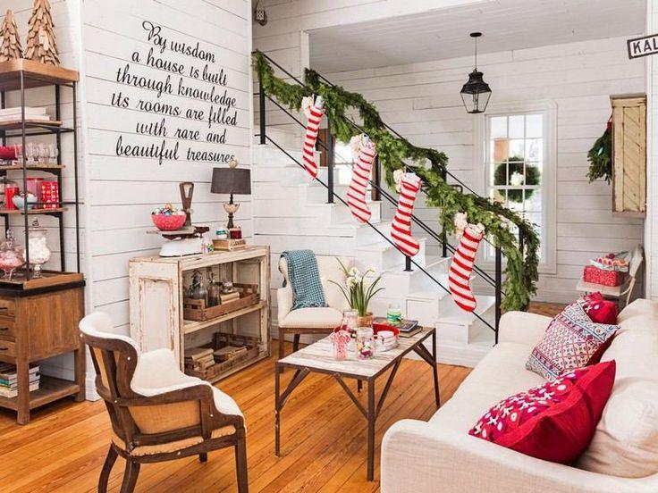 décorations de Noël traditionnelles: chaussettes et branches vertes
