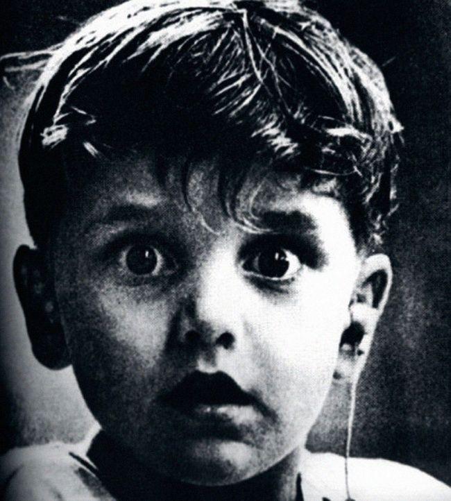 Тот самый момент, когда рожденный глухим Гарольд Уитлз слышит первые звуки с помощью слухового аппарата.