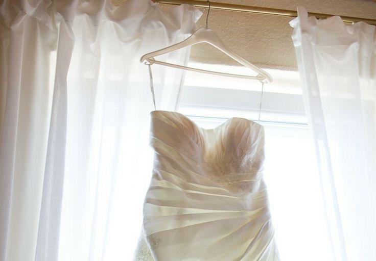 Du möchtest dein Brautkleid mieten? Wir verraten dir, was du beim Ausleihen eines Hochzeitskleides beachten musst und haben wichtige Tipps.