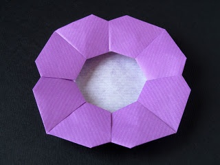 Piatto a fiore - Flower Dish From one uncut square. Designed and folded by Francesco Guarnieri, March 2008.