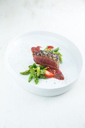 Leckeres Grillgericht mit zartem Rinderfilet, dazu gebratener grüner Spargel und eine aromatische Erdbeer-Sauce mit Pfeffer und Balsam-Essig.