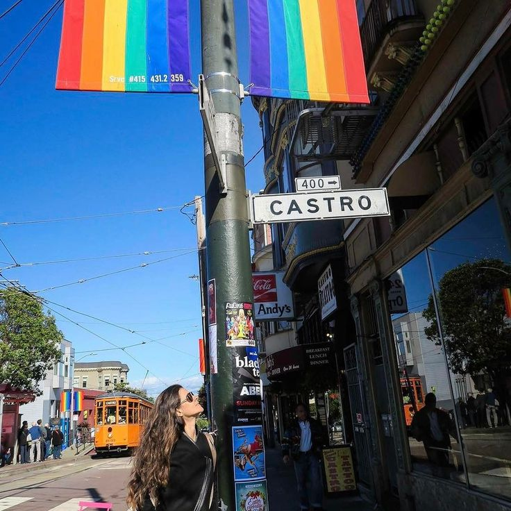 The Castro district is the most colorful in San Francisco in every sense. It is home to a vibrant energetic and culturally rich LGBT community. Castro was also home to the first gay politician in history Harvey Milk who was murdered in 1978. The film Milk - The Voice of Equality 2008 recounts Milk's fight against prejudice. It's worth watching! . . . O Bairro Castro é o mais colorido de San Francisco em todos os sentido. É o lar que acolhe uma comunidade vibrante energética e rica em cultura…
