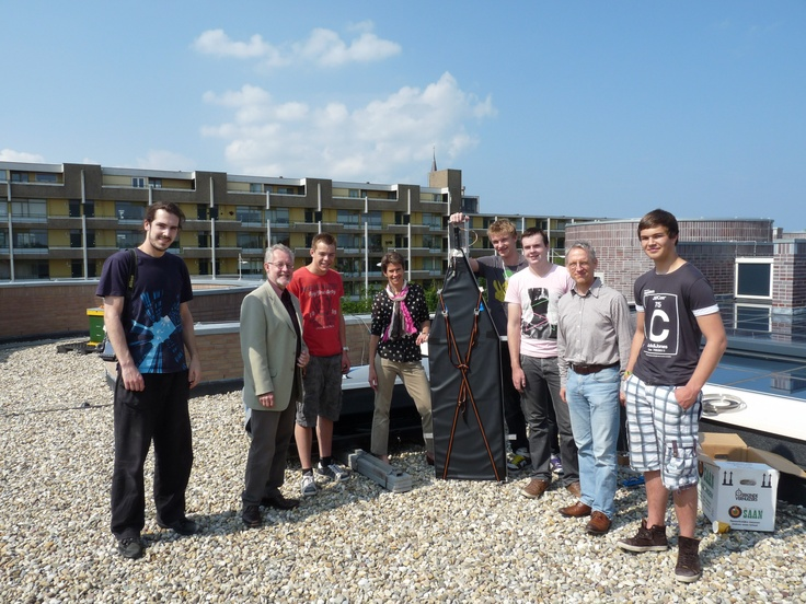Wethouder Meijer ontmoet jonge wetenschapper voor het HiSparc-project op het dak van het gemeentehuis