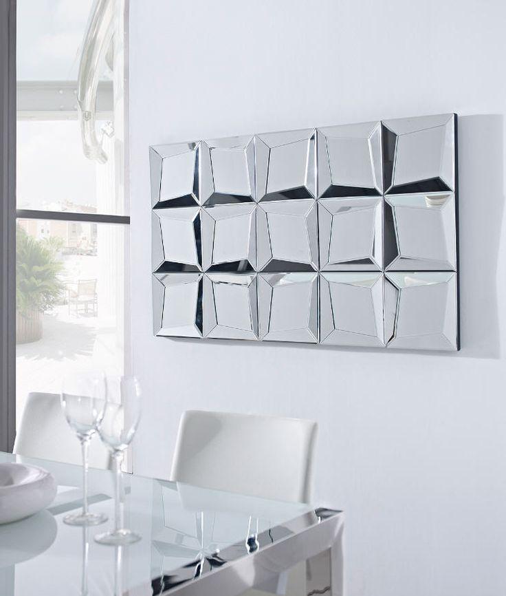 espejo decorativo realizado con cristal y espejos biselados con marcos en forma de prisma ocupando difrentes