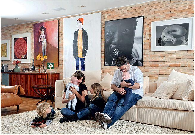 O living tem tijolinho à vista e obras de arte. O grafite (maior) é assinado por Ramon Martins, da Galeria Choque Cultural; a foto de Louis Armstrong foi adquirida em viagem a Berlim