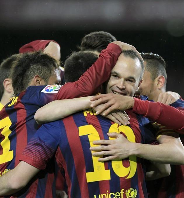 GRA449. BARCELONA 26/03/2014.- El delantero del FC Barcelona Lionel Messi (c, de espaldas) celebra con sus compañeros el gol marcado al Celt...