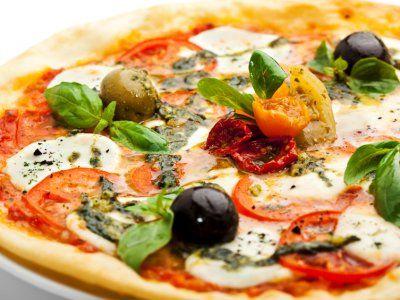 En lugar de comprar o pedir tus pizzas, porque no hacer una en casa? A toda tu familia le encantara!