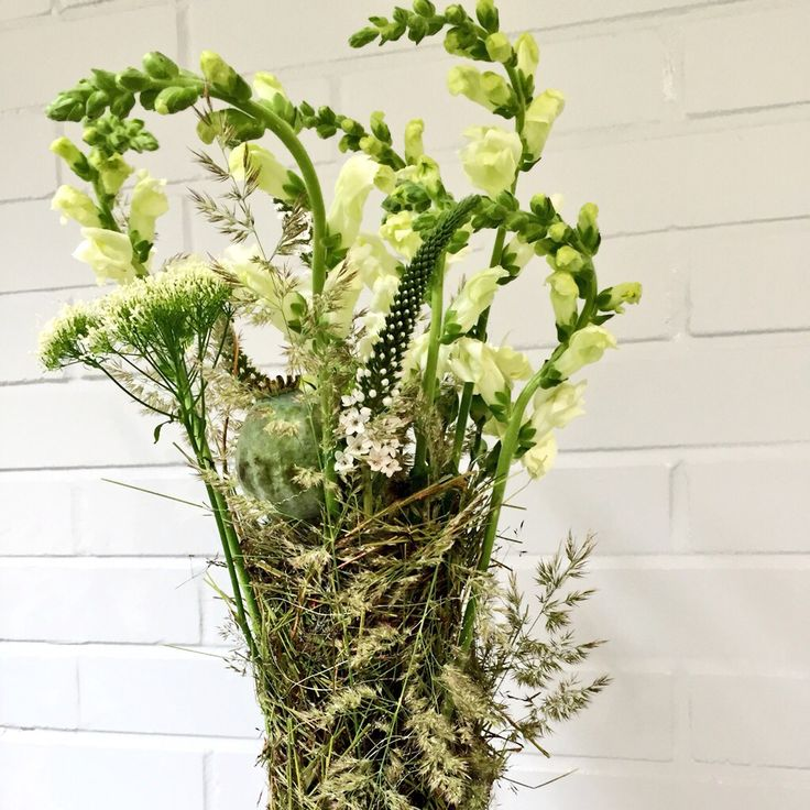 Kukkakimppu luonnonmateriaaleja hyödyntäen.