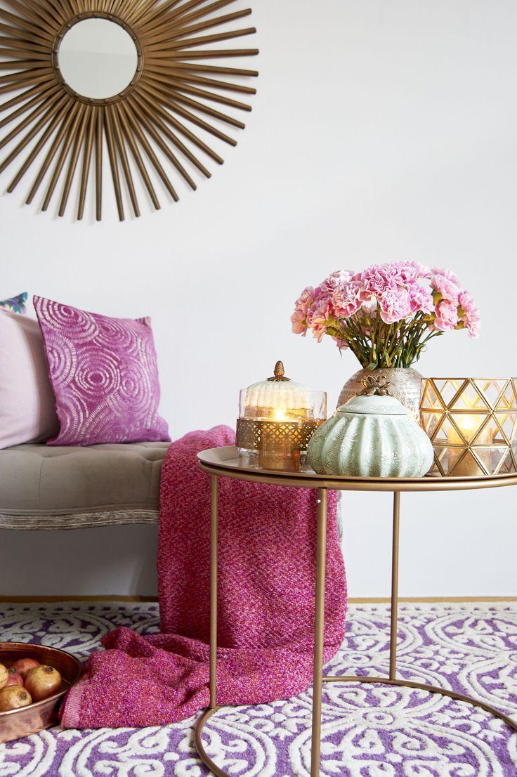Unser Deko-Liebling: Beistelltische! Brauchen wenig Platz und setzen Accessoires unschlagbar hübsch in Szene. Orientalische Windlichter, Asia-Porzellandose und gestanzte Vasen wecken Fernweh. Unser Tipp: Auf Nelken setzen. Die Blüten waren lange aus der Mode, feiern jetzt aber ein Revival!