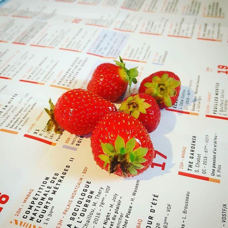 Deux produits de chez nous les fraises de l'Ile D'Orléans et la programmation du #FCVQ2016 ;) #qcmoments #quebeccity #villedequebec #bureau #office #horaire #cinema #film #festival #filmfest #strawberry #red #bientot #votrefestival #qcpower #jaihate