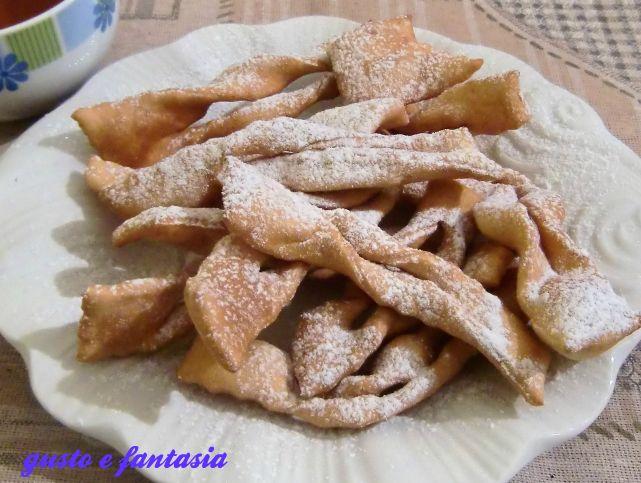 le frappe fanno parte della categoria dei dolci carnevaleschi, ma buoni da mangiare in qualsiasi periodo dell'anno. Sono conosciuti anche come chiacchere.