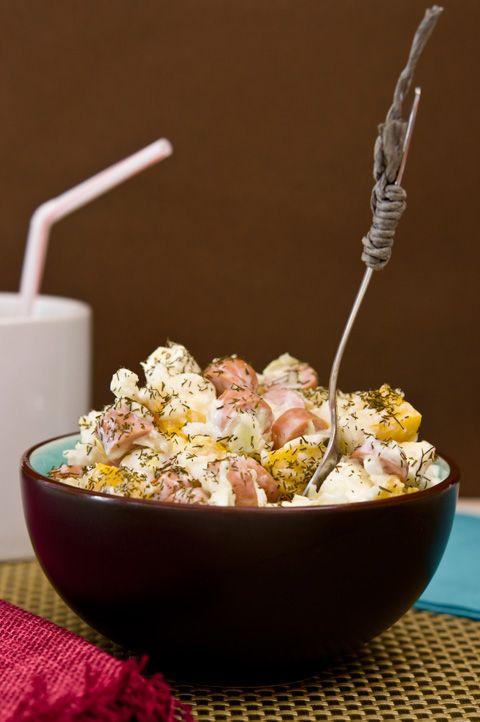 ENSALADA DE COL Y SALCHICHAS CON YOGUR    Ingredientes (para 2 boles como el de la foto):        1/4 de col      4 salchichas      1 bote pequeño de melocotón en almíbar      20 daditos de queso fresco      1 yogur griego (también vale yogur natural)      Eneldo