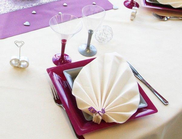 Les verres (à vin et à cocktail) et les assiettes sont parfaitement mis en valeur par la nappe (et vice versa !).