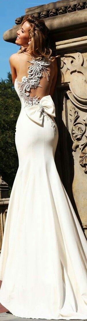 Trumpet #Wedding #Dress ♡ How to plan a wedding app ... dress & veil styles guide ♡ https://itunes.apple.com/us/app/the-gold-wedding-planner/id498112599?ls=1=8 ♡ Weddings by Style & Colour ♡ http://www.pinterest.com/groomsandbrides/boards/