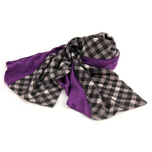 SCIARPA MICHELLE GRIGIO VIOLA  -  Graziosa sciarpa a quadretti grigio-neri cucita ad una fascia dalla forma irregoalare di tessuto viola. Lungh: 170 cm. Composizione 50& acrilico 50% polyestere