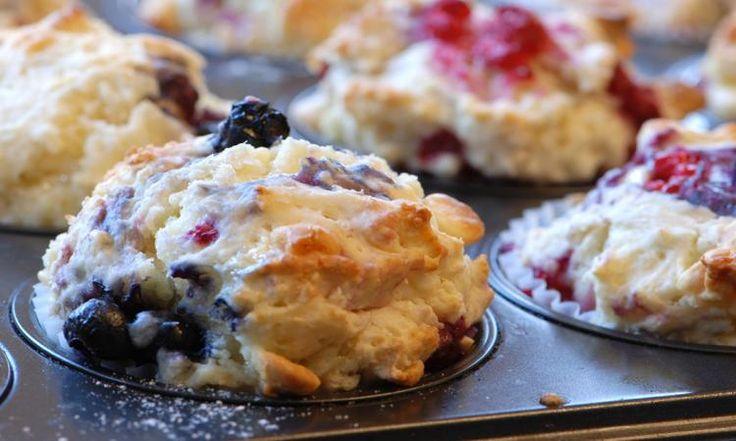 Ces muffins aux bleuets, framboises et yogourt sont uniques et hyper moelleux!