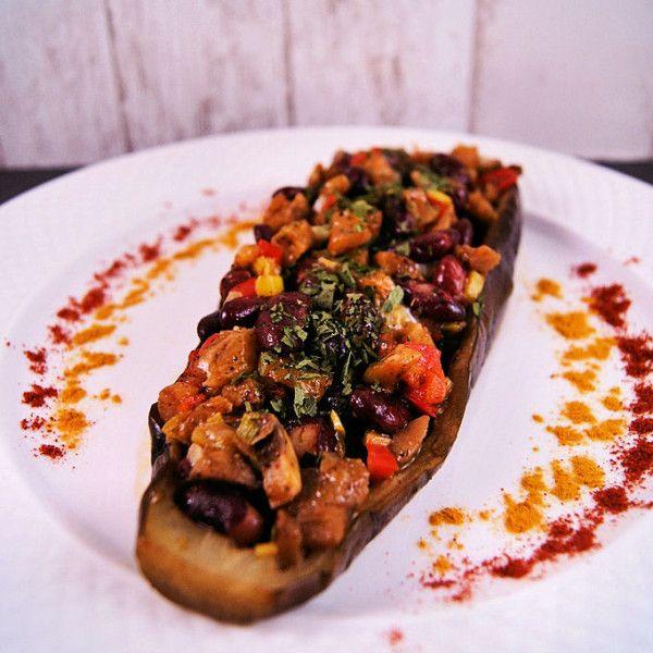 To obiad w wersji szybkiej, lekkiej, prostej i zdrowej. Czyli coś w naszym domu tylko dla mnie. Tradycyjnie, moje dziewczyny wolą coś mniej warzywnego, a Mąż Szanowny bardziej treściwego. Chociaż następny kulinarny wpis będzie tego... #bakłażan #bakłażannadziewany #bakłażanzwarzywami