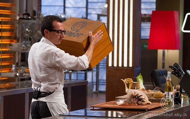 Federico alza la scatola