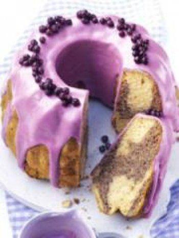 Gâteau marbré et glaçage aux myrtilles sauvages