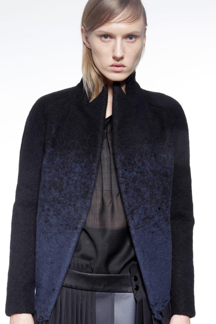 Veste en laine bouillie, manche raglan, traitée dans un dégradé de bleus.