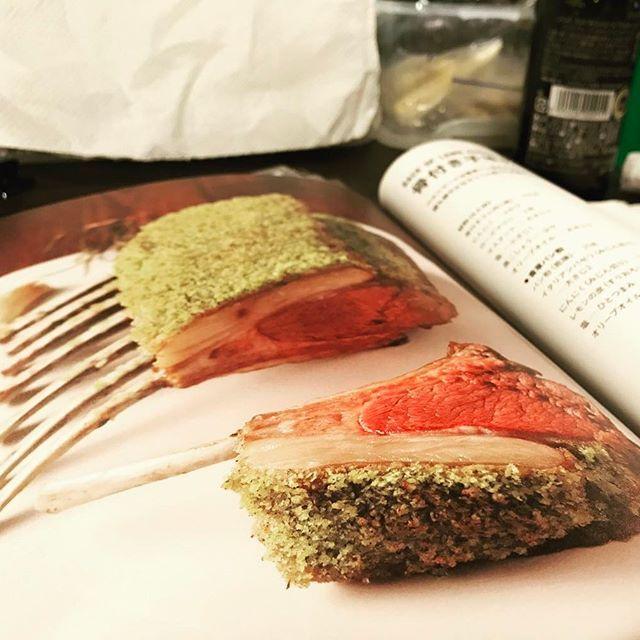 香草パン粉のラムチョップのレシピ!! 香草パン粉ってこんないい色なの? バジルとオリーブオイル、きれいなグリーンがラムの赤さを引き立てて綺麗:)* #食べてもないし作ってもいない#本の上に置いたみたい#妙に立体的#料理#レシピ#レシピ本#おいしそう#ラム#香草パン粉#香草#スパイス#肉#ラムチョップ#色#色合わせ#トリックアート#アート#food#spice#art
