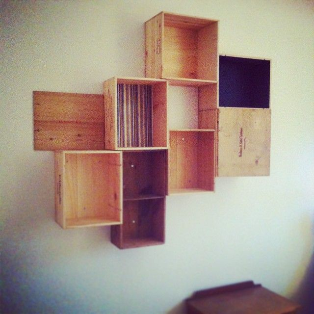 #Libreria con cassette da vino #fattoamano #bookcase #winebox #winecrafts #DIY #woodenbox #shelves