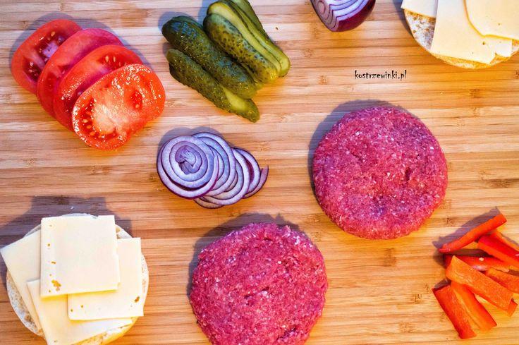 """Domowe burgery są zdecydowanie zdrowsze i lepsze niż te """"kupne"""". W dodatku możecie łączyć z dowolnymi, ulubionymi składnikami. U nas w wersji tradycyjnej. Podstawą burgerów jest dobrej jakości mięso wołowe, które najlepiej kupić w kawałku i zmielić samemu."""